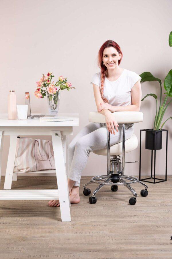 Punca sedi na delovnem stolu Dent poleg pisalne mize