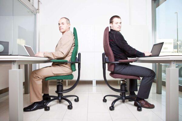Moška sedita na pisarniških stolih Navigator
