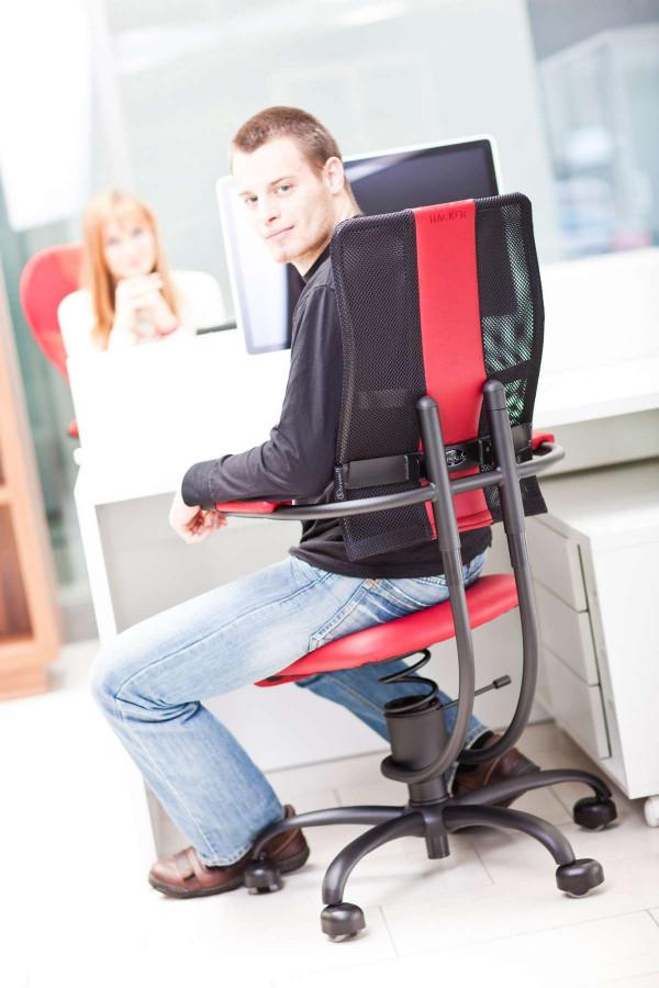 Moški sedi na pisarniškem stolu Hacker