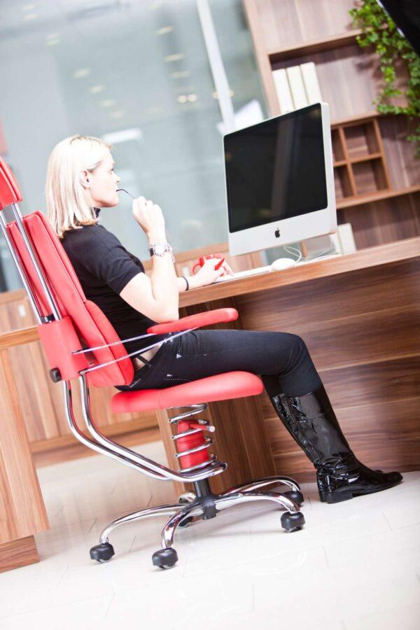 Ženska v pisarni pisarniškem stolu Pilot