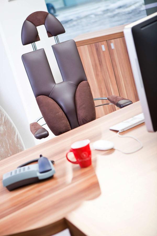 Pisarniški stol Pilot v rjavi barvi s kromiranim ogrodjem