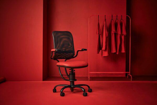 Pisarniški stol Ergonomic v rdečem ozadju