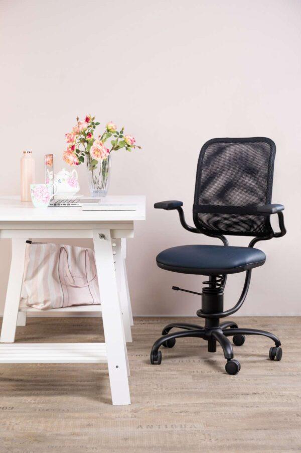 Pisarniški stol in miza