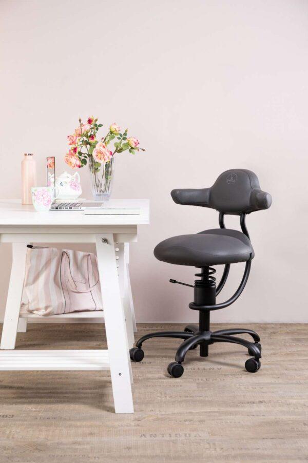 Pisarniški stol Explorer v sivi barve poleg pisalne mize