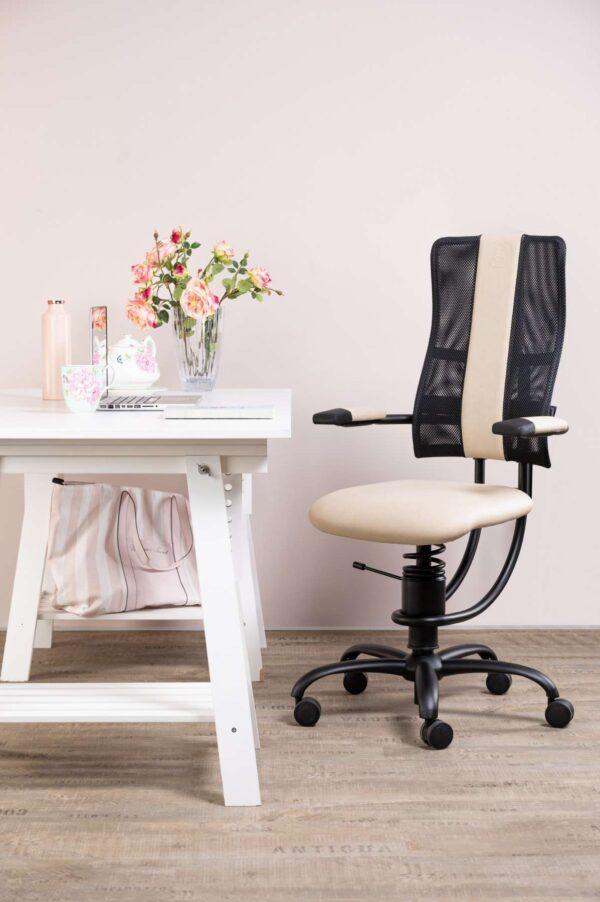 Pisarniški stol Hacke v belo črni kombinaciji
