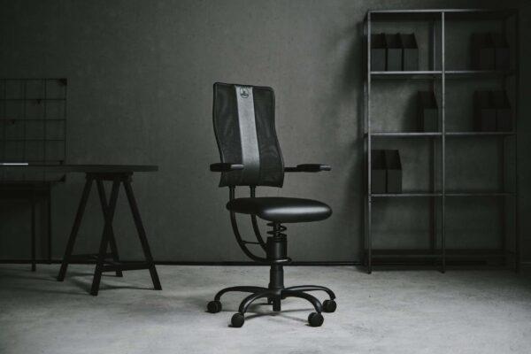 Pisarniški stol Hacker v črni barvi