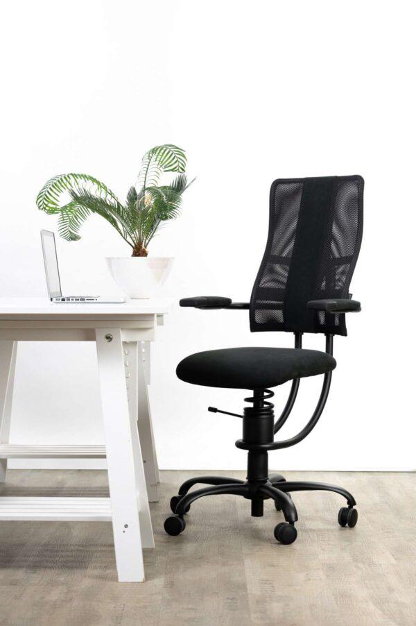 Pisarniški stol Hacker v črni barvi poleg pisalne mize