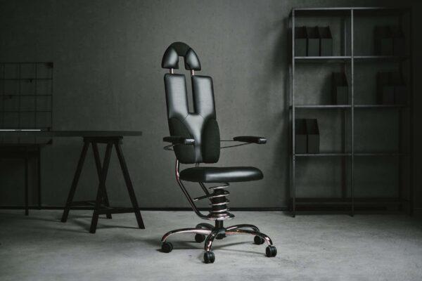 Pisarniški stol Pilot v črni barvi v pisarni