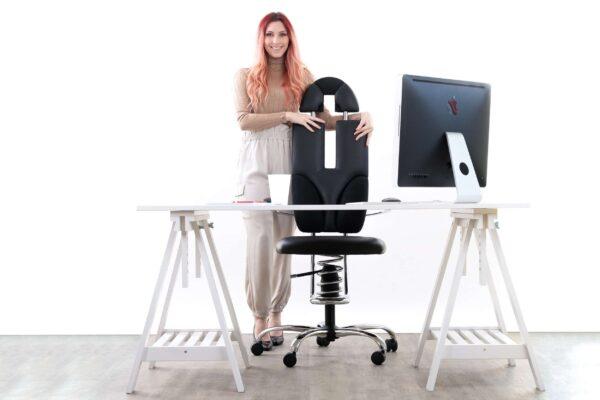 Punca stoji poleg pisarniškega stola Pilot v črni barvi