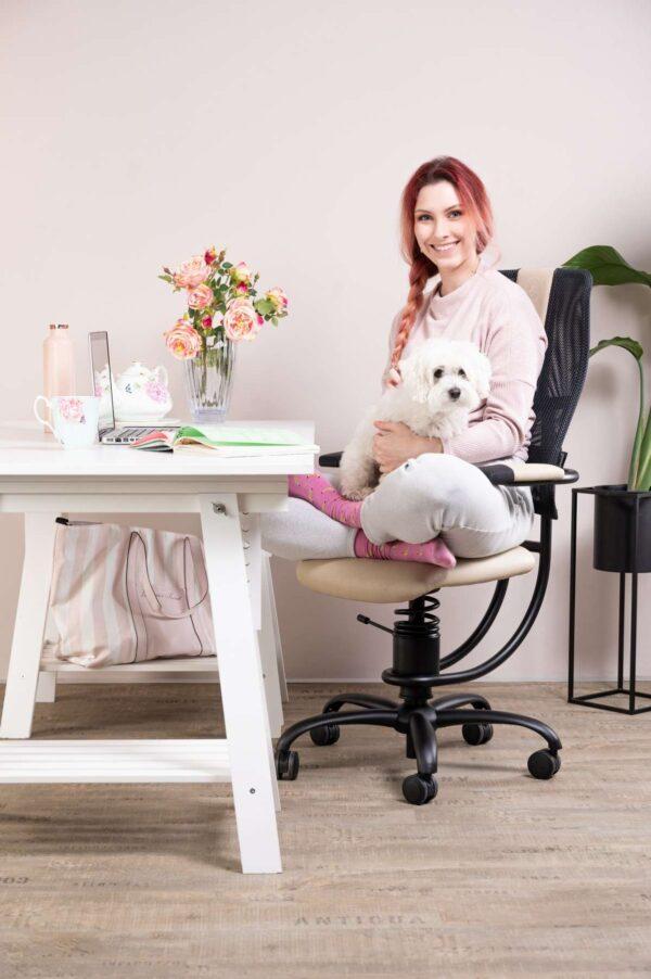 Punca s kužkom sedi na pisarnirškem stolu Hacker