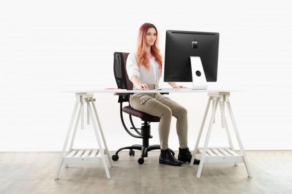 Punca sedi na pisarniškem stolu Hacker v pisarni
