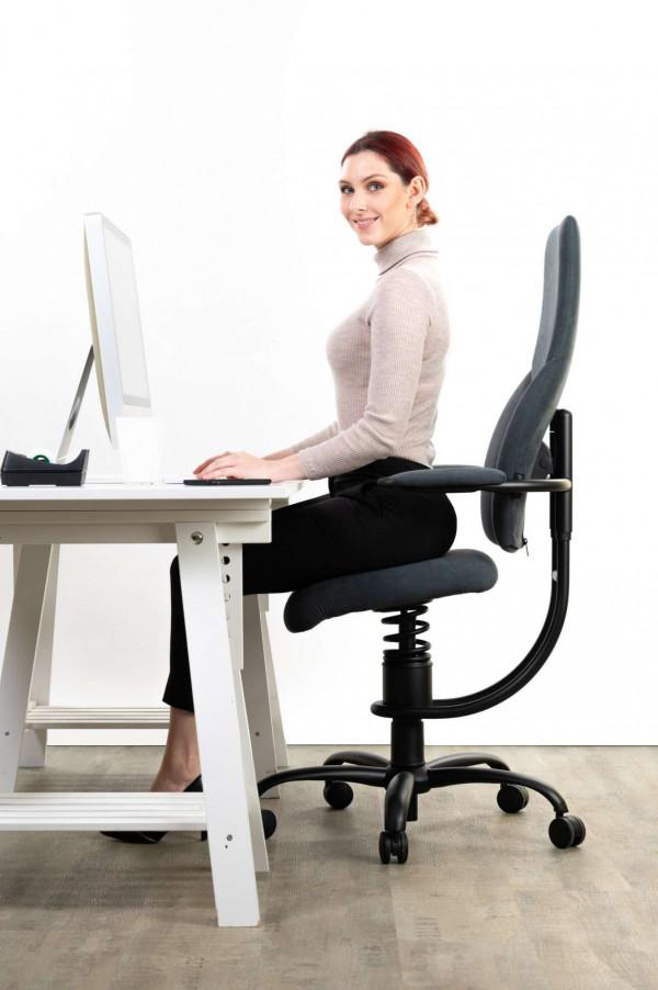 Punca sedi na pisarniškem stolu Navigator posnetek od strani