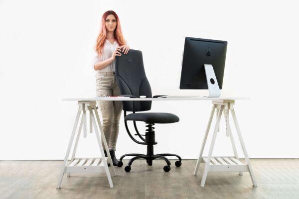 Pisarniški stol Apollo v črni barve od zadaj stoji punca