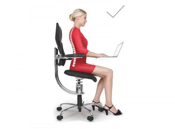 Ženska sedi na pisarniškem stolu v pravilnem položaju