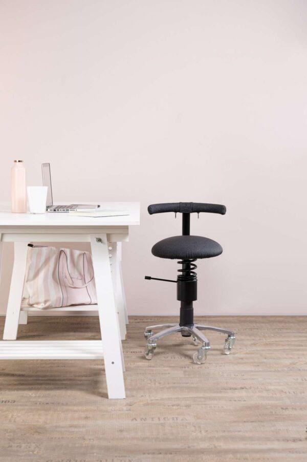 Pisarniski-stol-Dent-zraven-pisalne-mize