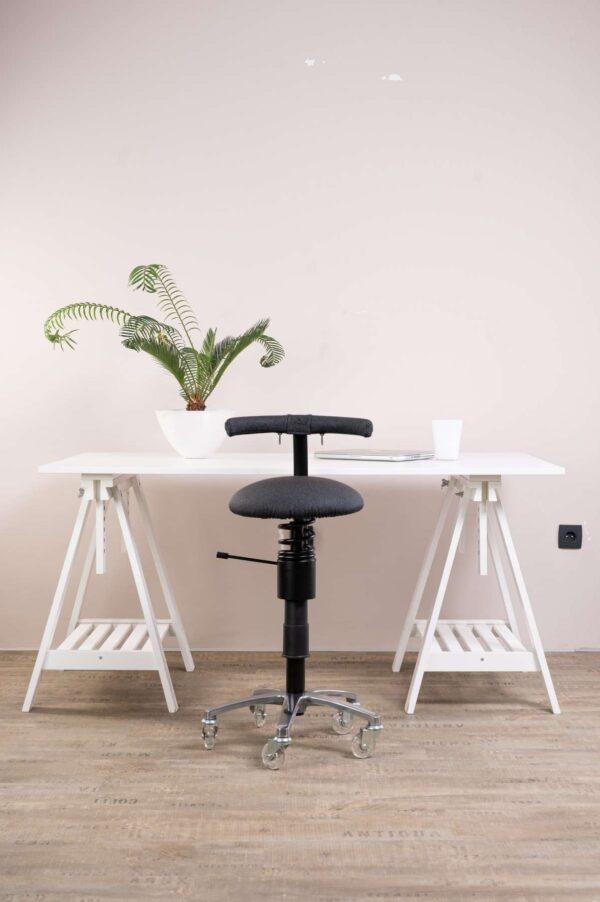 Ordinacijski-stol-Dent-pred-pisalno-mizo
