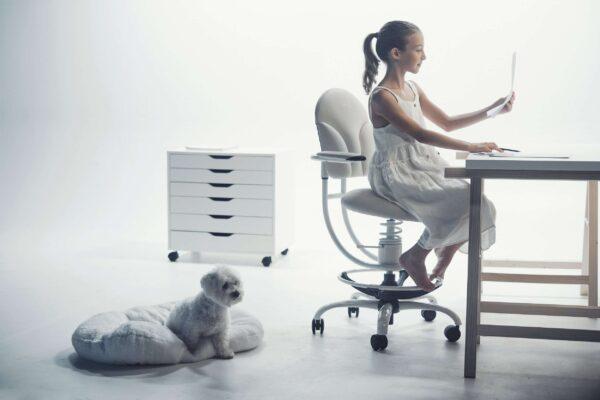 Deklica dela nalogo na pisarniškem stolu Basic