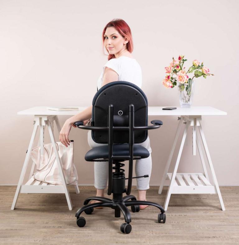 Pisarniški stol slika od zadaj