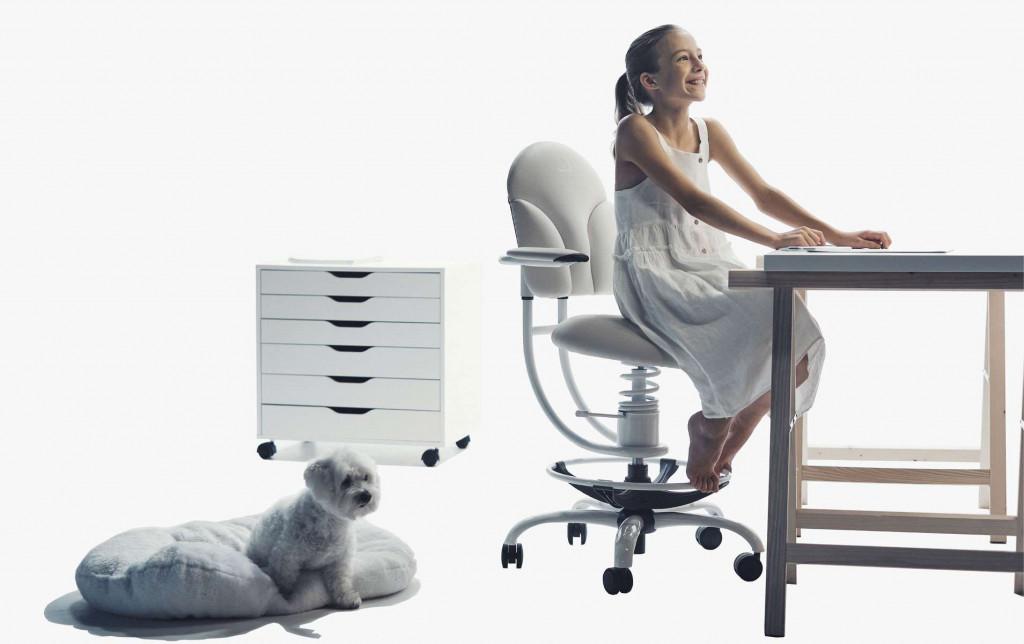 Deklica na pisarniškem stolu za pisalno mizo