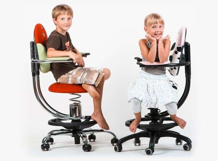 Otroka na otroških pisarniških stolih