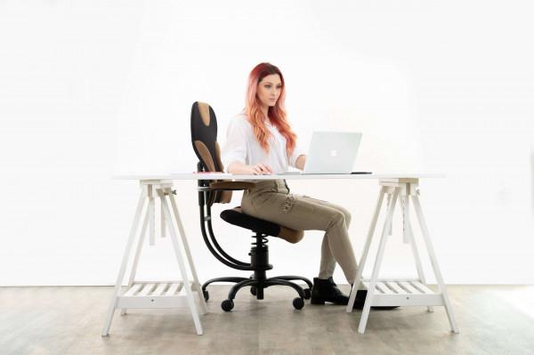 Punca sedi na pisarniškem stolu Spider za pisalno mizo