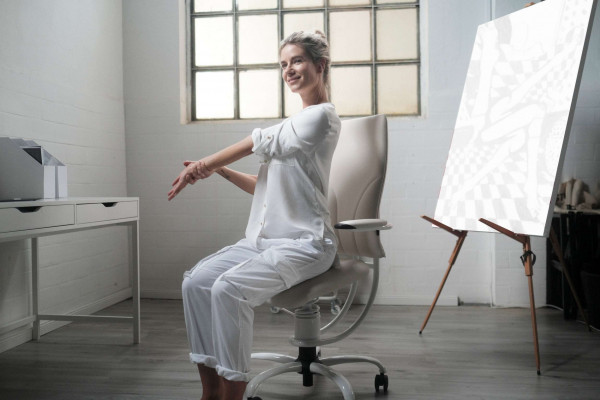 Pisarniški stol Apollo na njem sedi ženska