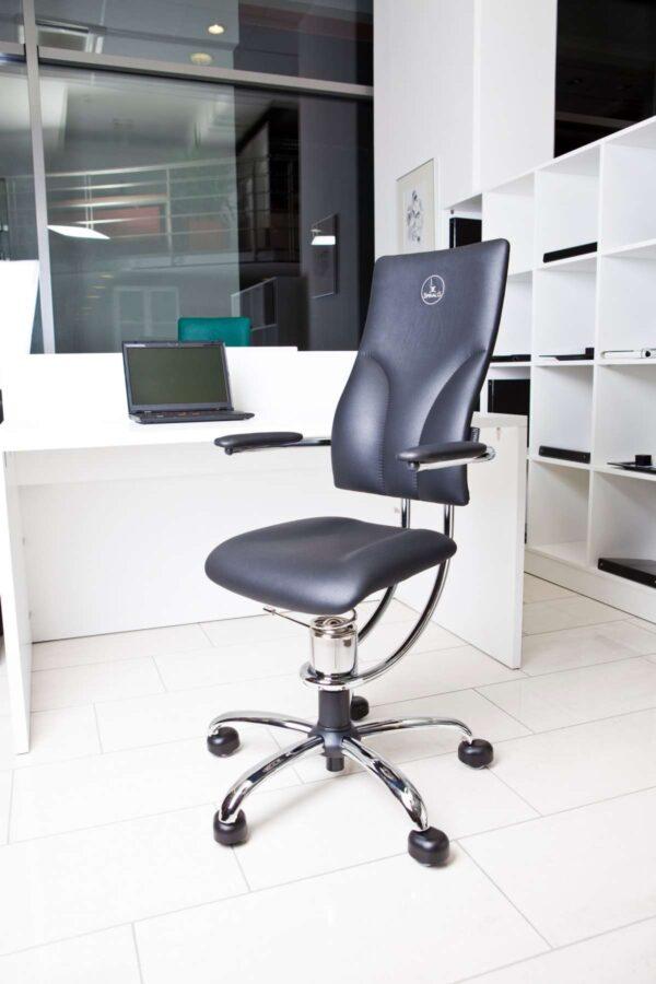 Pisarniški stol Apollo modre barve v pisarni