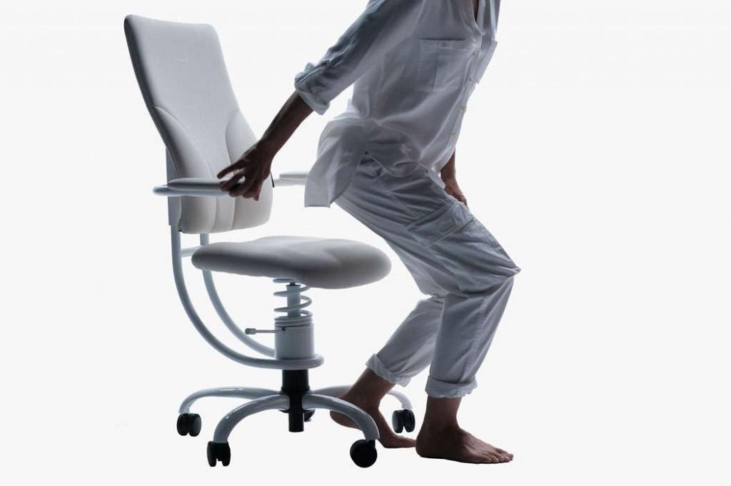 Oseba se dviguje iz ergonomskega pisarniškega stola