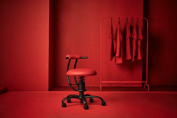Pisarniski-stol-Dent-rdece-ozadje