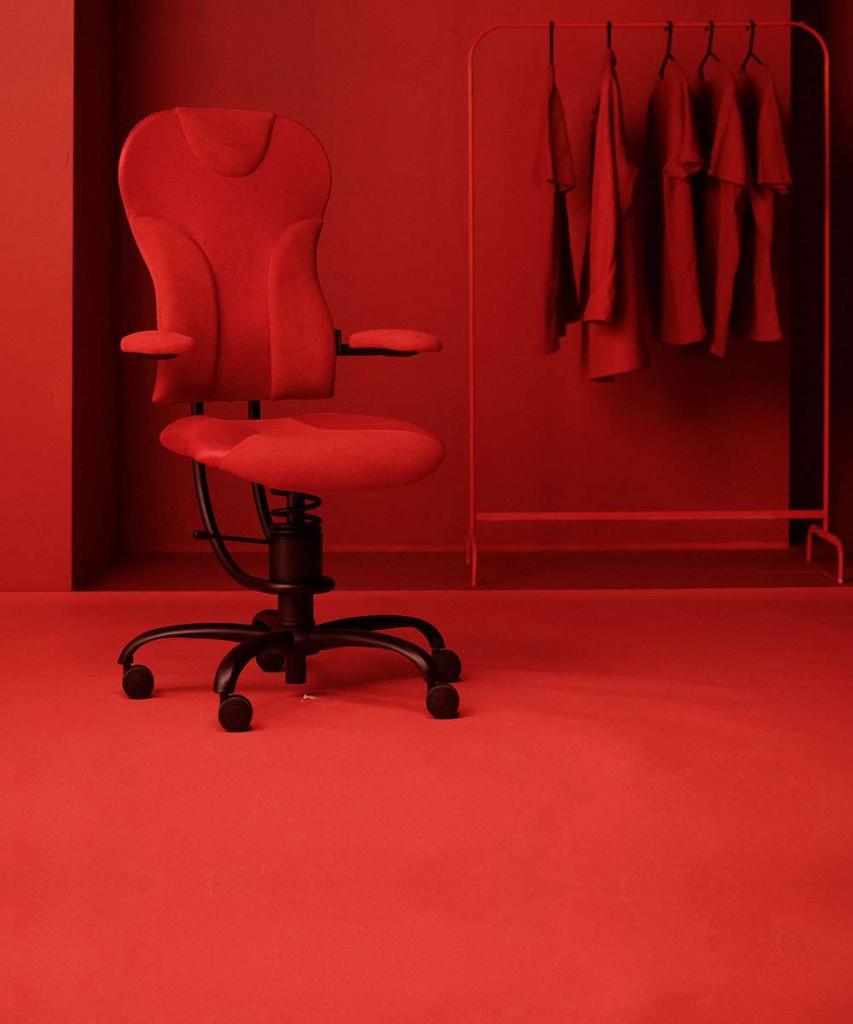 Pisarniški stol Spider v rdeči barvi na rdečem ozadju