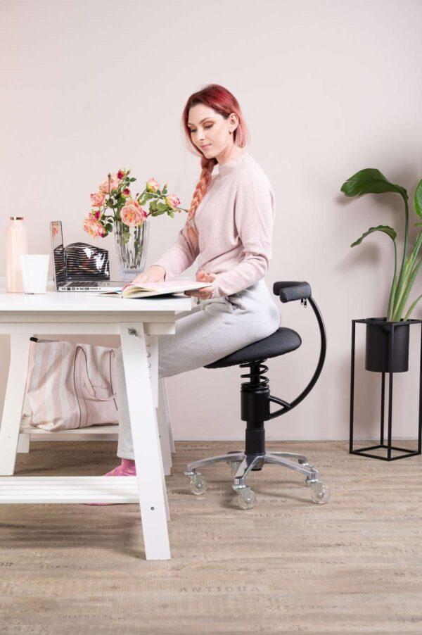 Pisarniski-stol-zenska-sedi-za-pisalno-mizo