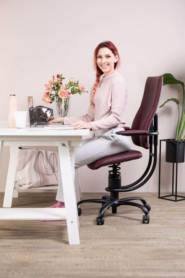 Ženska na pisarniškem stolu Apollo za pisalno mizo